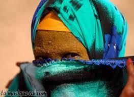 080517093337_femme-desert-visage-couvert-de-henne