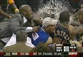 Cầu thủ Artest bị ném ly nước